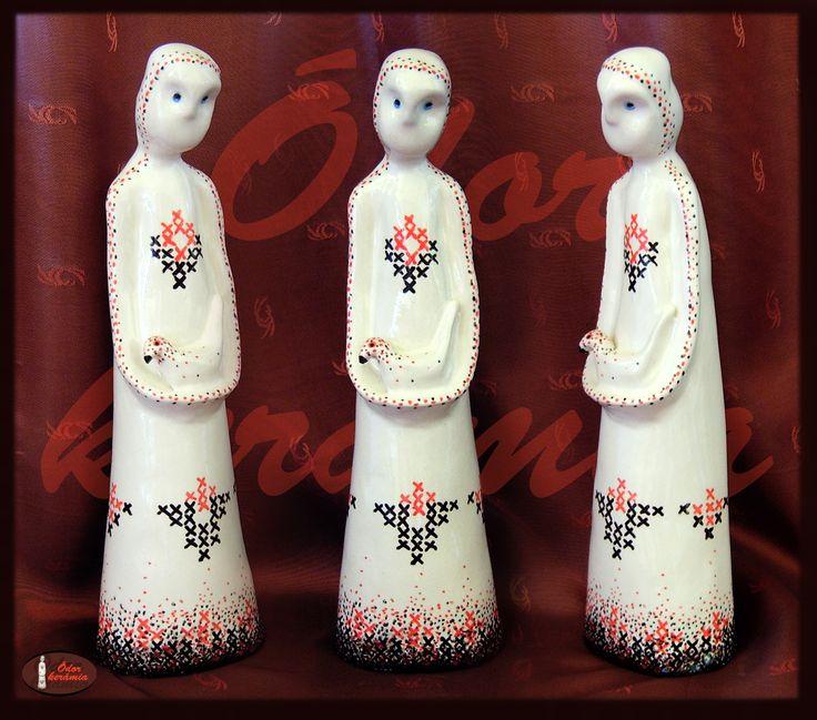 Hungarian folk motives ceramics  - MADÁRKA ( mázazott westerwaldi fehér agyag kerámia szobor, porcelán festéssel - keresztöltéses motívumokkal - dekorálva) - Ódor kerámia