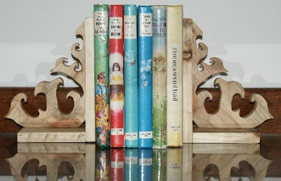 Homemade bookends, from bits of pallet wood ...