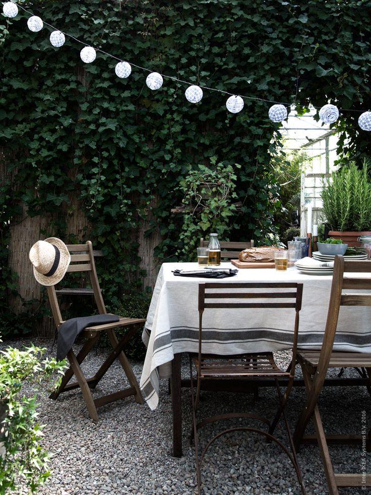 I det frodiga växthuset är det en väldigt skön temperatur just nu. Det lockade oss till att i all enkelhet duka upp till en härlig lunchfest för våra bästa vänner. Välkomna till bords!