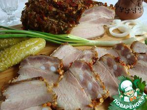 Грудинка солено-печеная Мясо (грудинка) — 0,4 кг Специи (сухой чеснок, смесь для посыпки (хлопья сладкой паприки, лук, морковь, пастернак, киндза, чеснок, базилик)) — 4 ст. л. Соль — 1 ч. л.