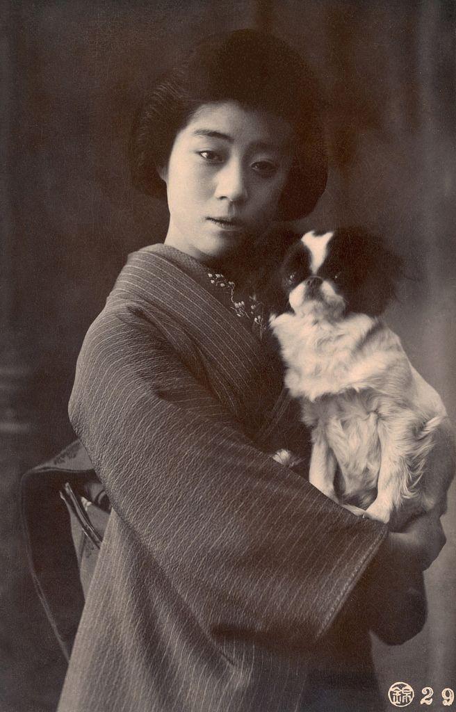 Meigi (famous geisha) Tondaya Yachiyo of Osaka with her Japanese Chin dog.