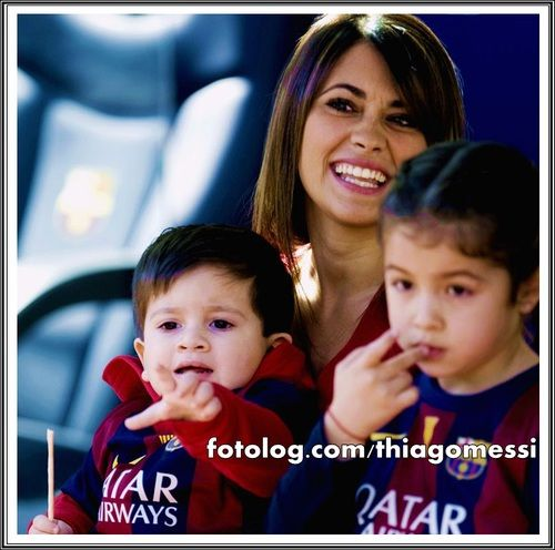 Thiago Messi : Tem um video desse momento, muito legal, Titi aponta pra outro jogador e diz papá rs, Antonela olha com cara de assustada enquanto Titi repete papá, só não dá pra saber quem é o jogador que ele estava mostrando rs.  Bjs | thiagomessi