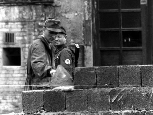 13.08.1961: Bau der Berliner Mauer (© dpa - Bildarchiv)