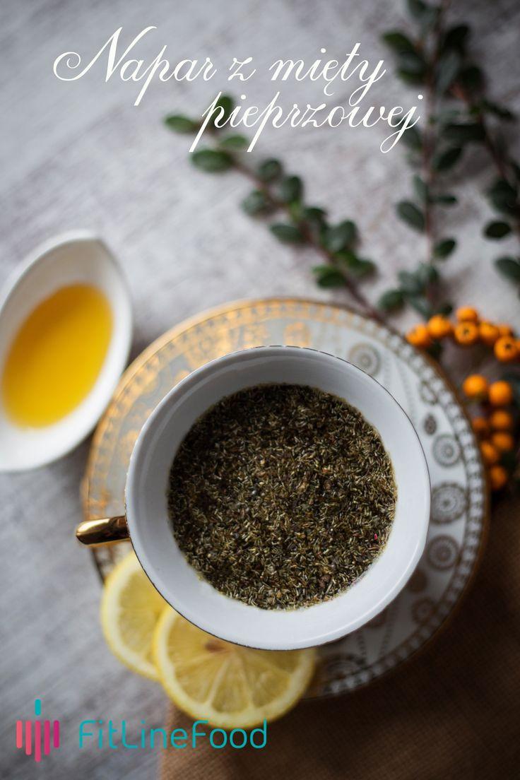 Napar z mięty pieprzowej to chyba jeden z najbardziej popularnych naparów. Łagodzi ból brzucha, wspomaga układ trawienia. Należy jednak pamiętać przy tym, że najlepsze efekty daje napar z liści bez dodatku łodyżek. www.fitlinefood.com