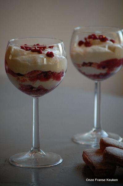 Champagne tiramisu met granaatappel: Rode laagjes champagnekoekjes en granaatappel met champagne-granaatappelsap, afgewisseld met roomwitte mascarponecrème.