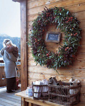 Couronne de Noël faite de branches d'eucalyptus, fougère et bruyère parsemées de litchis / Christmas wreath made by branches of eucalyptus, fern and heather strewed with litchis