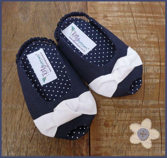 Sapatinho peep toe azul marinho com nozinho branco. Totalmente em tecido, inclusive o soladinho. Tecidos 100% algodão. Informações de tamanhos: 0-3 meses - 9,5 cm de comprimento / corresponde aproximadamente à numeração 14; 3-6 meses - 11cm de comprimento / corresponde aproximadamente às numerações 16/17; 6-9 meses - 12cm de comprimento / corresponde aproximadamente à numeração 18. R$ 45,00