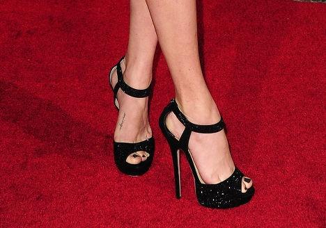 Маленькая, но очень неприличная надпись на ноге Аманды Сейфрид (Amanda Seyfried)