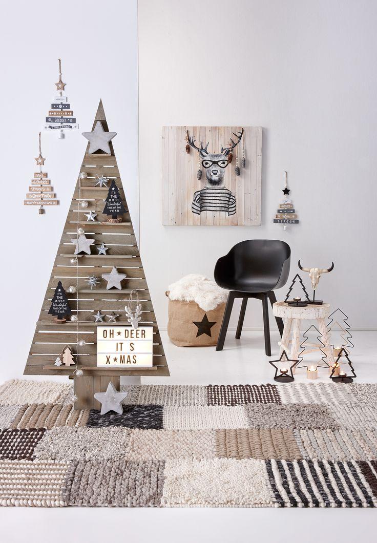 Kerst komt er weer aan! :-) De gezelligste tijd van het jaar haal je in huis met een mooie boom van latjes: deze oogt knus en rustig tegelijk! #kerst #kerstinhuis #kwantum #kerstboom #kerstdecoratie #kerstversiering