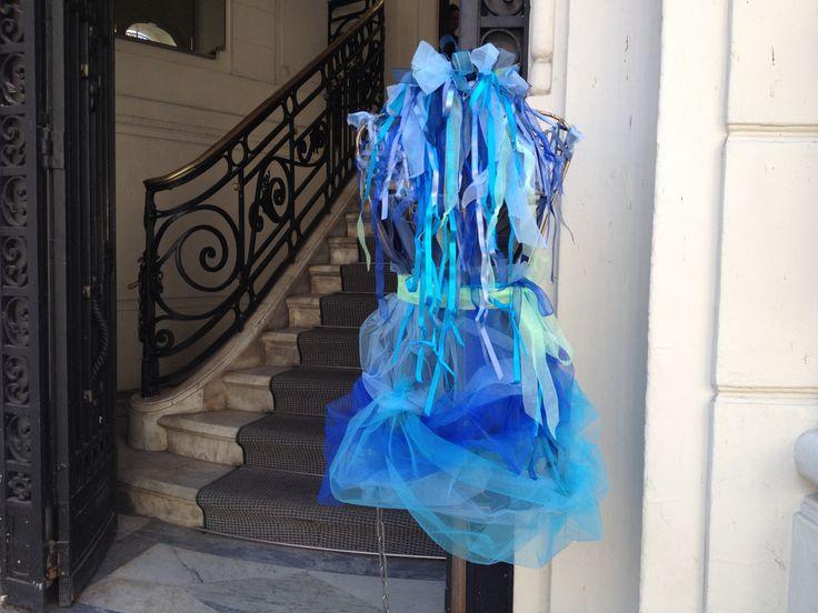 Maniquí azul, de Tienda Ají. vistiendo el Barrio Lastarria