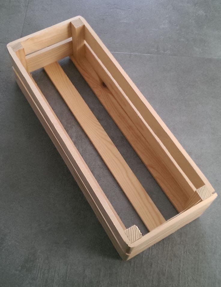 Een smalle houten mand van geschuurd vuren. De manden werden gebruikt voor kerstpakketten waarin bier en pannenkoekenmeel was verpakt.