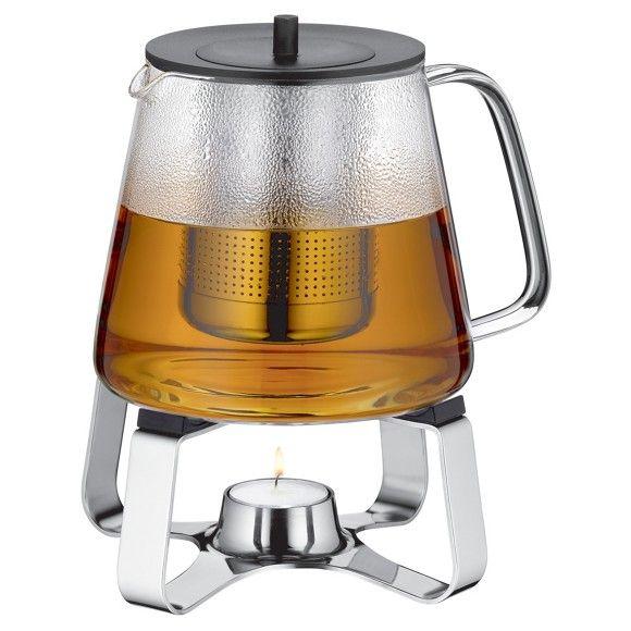 Dank dieser WMF Teekanne mit praktischem Griff und Deckel genießen Sie beispielsweise aromatischen Früchte-, Pfefferminz- oder Rotbuschtee. Das Stövchen hält Ihr Lieblingsgetränk dabei lange warm und sorgt für ein gemütliches Ambiente auf dem Esstisch. Die Kanne ist selbstverständlich hitzebeständig und verfügt über einen raffinierten Teefilter. Einfach praktisch!
