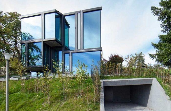 Архитектурная студия L3P Architekten осуществила строительство частного дома, расположенного на вершине виноградника в Dielsdorf (Швейцария). Учитывая холмистый рельеф участка, часть здания расположена под землей. Вход внутрь осуществляется через гараж.