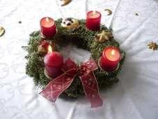 der Adventskranz Weihnachten ist für die Deutschen das wichtigste Fest des Jahres, an dem die ganze Familie zusammenkommt. Die Vorweihnachtszeit entspricht den vier Wochen vor dem heiligen Abend und beginnt mit dem ersten Advent, dem ersten Sonntag im Dezember. Die Wohnung wird weihnachtlich mit Tannenzweigen, Weihnachtsschmuck und Kerzen dekoriert. Auf dem Tisch wird der Adventskranz, ein Kranz aus Tannenzweigen mit vier Kerzen, aufgestellt.