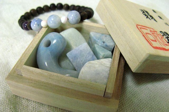 パワーストーンとしてもアクセサリーとしても、鉱物好きさんにも人気の翡翠。5月の誕生石です。国内では新潟県糸魚川産の翡翠が国石に選定されるなど、日本人には特に馴染みの深い翡翠。手にした人を魅了する美しい翡翠を使った、世界で1つの手作りアイデア・作り方をご紹介します♡