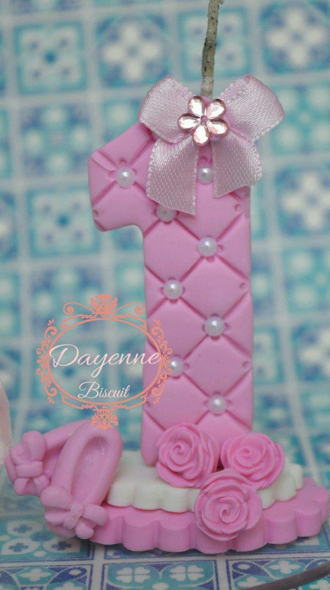 topo de bolo personalizado. totalmente feito a mão. com 13 cm de altura, com base de acrilico com 14 cm de altura