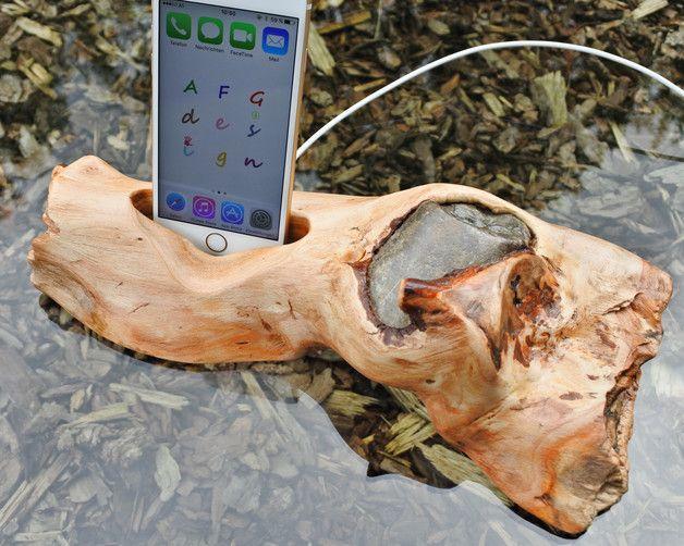 Handy, MP3 & Kamera - Handyständer aus Treibholz eingewachsenen Stein - ein Designerstück von afg4design bei DaWanda
