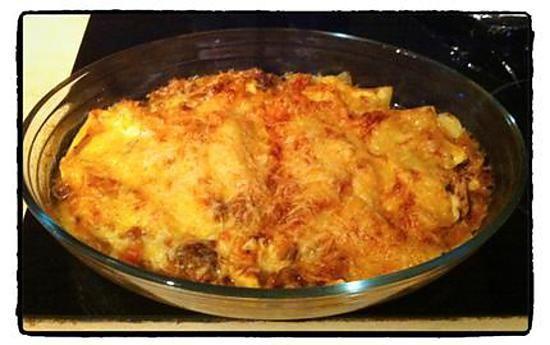 La meilleure recette de Lasagnes bolognaises sans béchamel! L'essayer, c'est l'adopter! 5.0/5 (2 votes), 2 Commentaires. Ingrédients: - 1 oignon   - 1 gousse d'ail   - 5 belles tomates (ou une boîte de tomates pelées)   - 1 brique de coulis de tomate   - 2 steak hachés   - Des plaques de lasagne sans pré cuisson (barilla pour moi)   - Herbes de provence, Origan   - Tranches de fromage Leedarmer   - Fromage râpé