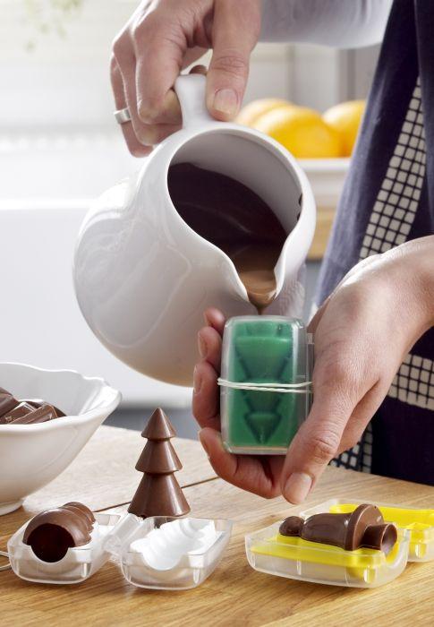 Φορμάκια σε σχήμα δέντρου και πολύ σοκολάτα είναι τα βασικά που χρειάζεστε για να φτιάξετε υπέροχα χριστουγεννιάτικα σοκολατάκια!