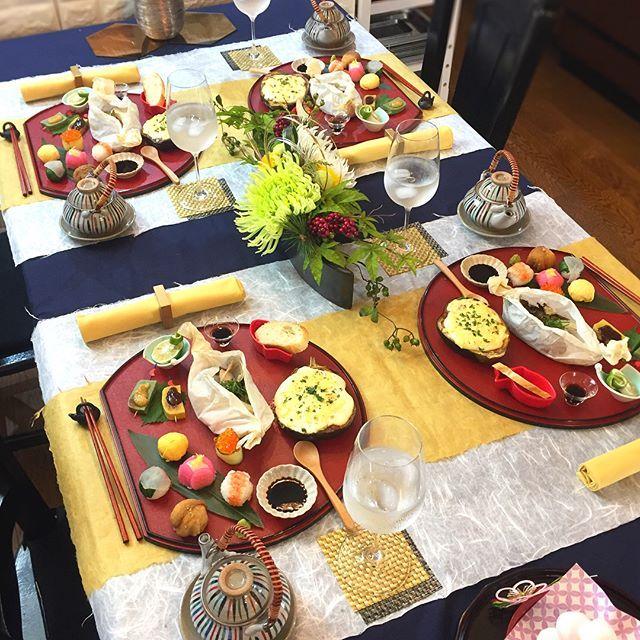 . 9月のおもてなしレッスンが スタートしました☺️ . 今回は秋の味覚ふんだん✨な和食です . . 〈献立〉 ❁6種の手毬寿司 ・いくらきゅうり ・椿手毬寿司 ・たまご ・稲荷 ・鯛 青菜包み ・海老 ❁鮭と蛤の包み焼き ❁米茄子のミートグラタン ❁生麩の田楽焼き ❁松茸の土瓶蒸し ❁バケット . 蛤と鮭から出た旨味出汁をバケットで すくって最後のスープまで美味しい包み焼き . 何度作っても可愛い❣️手毬寿司も一緒に ♪ ♪ / . . . 息子の熱は下がりましたが 私も風邪を引いて喉が枯れて声がオヤジ . でも熱はないし元気はモリモリです . . では、今週もお疲れ様でした . . #和食 #秋の味覚 #土瓶蒸し #おうちごはん #花のある幸せごはん #クッキングラム #デリスタグラマー #おうちカフェ #料理 #手料理 #料理教室 #北九州料理教室 #福岡料理教室 #福岡 #テーブルコーディネート #delicious #instafood #yummy #kitakyushu #fukuoka #cookingram ...