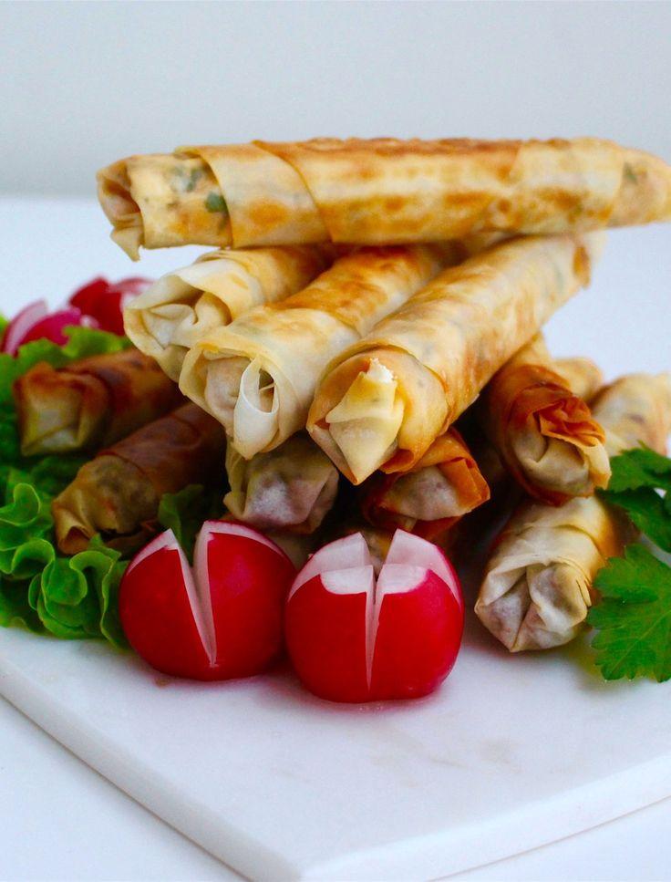 Bolani är ett afghanskt tunnbröd som fylls och steks gyllene. De smakar allra godast nystekta och varma och serveras gärna med en god yoghurtdipp. Bolani kan serveras som en sidorätt eller som en hel måltid. En godvegetarisk rättsom även passar veganer. Om man vill servera en vegansk yoghurtdipp bredvid kan man enkelt byta ut yoghurten mot soja- eller havreyoghurt. 10 stbolani Ca 10 dl vetemjöl 4 dl vatten 1,5 tsk salt 2 msk olja (olivolja eller neutral olja funkar bra) Fyllning 1…
