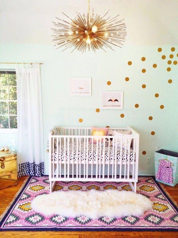 Stickers pois dorés dans une magnifique chambre bébé fille. Stickers chambre bébé : Idées, tendances & inspirations. Découvrez notre guide >> http://www.homelisty.com/stickers-chambre-bebe-idees-inspirations-tendances-photos/