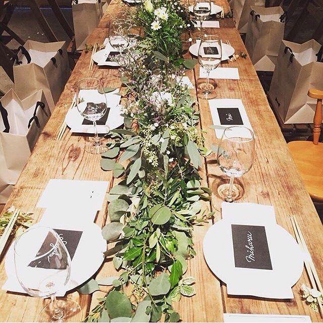 テーブルコーディネートは海外ウェディングの写真を参考にしました  2部の席札は、セリアの厚紙をカットしてカリグラフィーぽく名前を書いただけですが、グリーンの装花や木目調のテーブルとマッチしてまとまりが出ました✨  見えにくいけど、箸置きをワイヤープランツにしたのもこだわり  引出物袋はサンプルを取り寄せたりエコバックにしようか考えたり、探しまわってHYACCAさんの紙袋にたどり着きました♩ 引出物に対してサイズが丁度だったのと、紙質がしっかりしてきちんと感があったのが決め手でした✨  #結婚式#ブライダル#オリジナルウェディング#海外ウェディング#2016秋婚#森ウェディング#披露宴#卒花嫁#ナチュラルウェディング#ボタニカルウェディング#大人ウェディング#パーティー会場#パーティーコーディネート#テーブルコーディネート#テーブル装花#結婚式diy#席札#HYACCA#farnyレポ#marryxoxo#ウェディングニュース#mswj公開おめでとう#全国のプレ花嫁さんと繋がりたいab_by_wedding