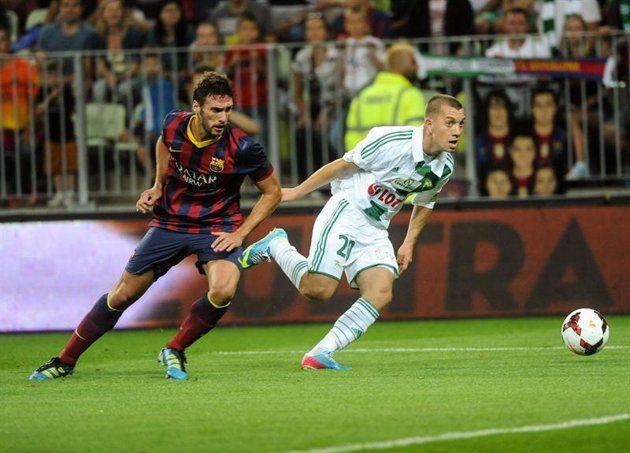 GDA14- GDANSK (POLONIA), 30/07/2013.- El jugador del Fc Barcelona Sergi Gómez (i) disputa el balón con Pawel Buzala (d) del Lechia Gdansk hoy, martes 30 de julio de 2013, durante un juego amistoso que