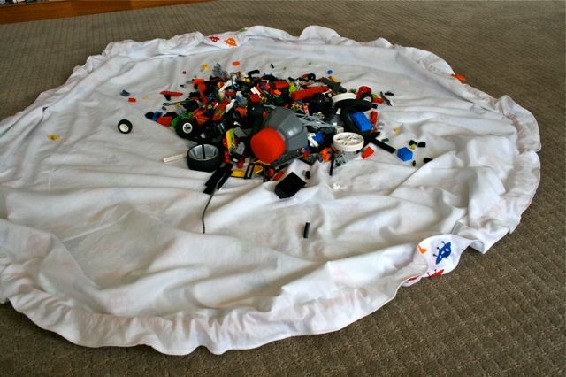 toy sack sewing tutorial (like a swoop bag) -- it's a large drawstring bag, so when the kids are done playing with the toys, they can just pull the ropes and swoop up the toys into the sack. Genius!