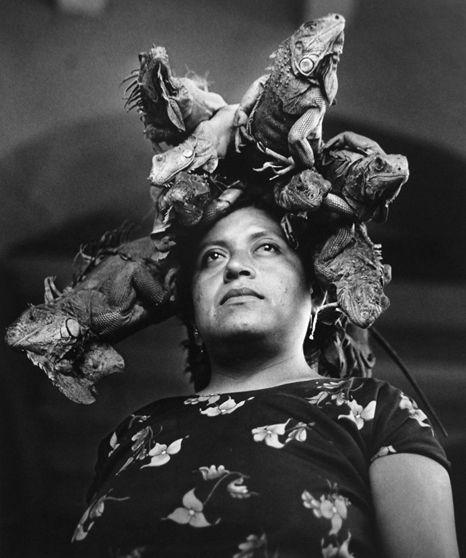 Graciela Iturbide - Juchitan  En 1979, Graciela Iturbide realizó una serie de fotografías de la cultura zapoteca, de la cual surgió una publicación titulada Juchitán de las mujeres. Ésta es seguramente la serie de fotografias más conocidas de la artista. Es el resultado de diez años de trabajo, de numerosos viajes al Istmo de Tehuantepec y de un prolongado trato con sus habitantes.  Fotos © Graciela Iturbide - Juchitan