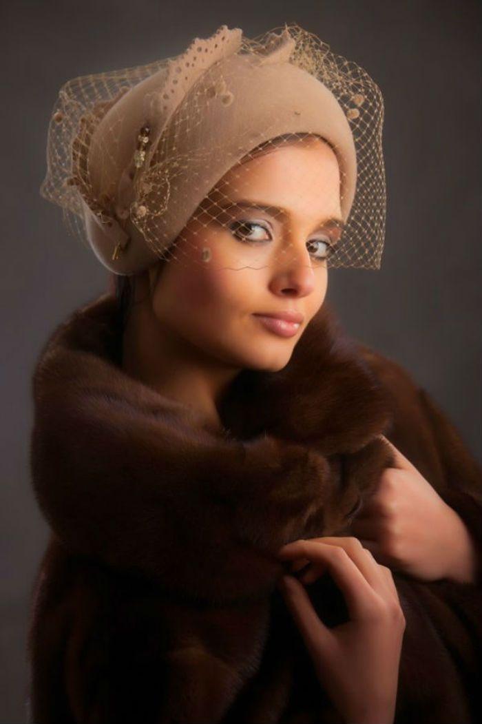 1950'li yıllarda modada altın çağını yaşayan şapka günümüzde hala modacıların vazgeçemediği aksesuarlardan olmaya devam etmektedir.