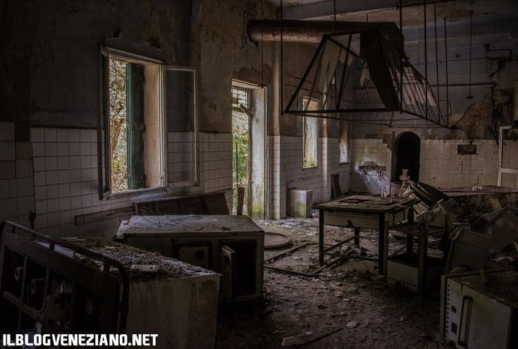 L'ospedale abbandonato nelll'isola di Poveglia, Venezia. (PH: Giacomo Martines)