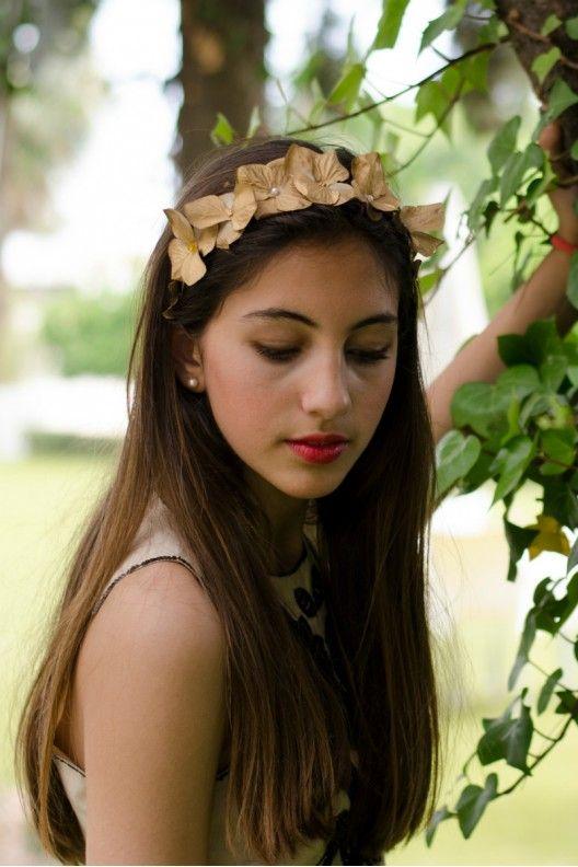 Tocado diadema de flores doradas y perlas