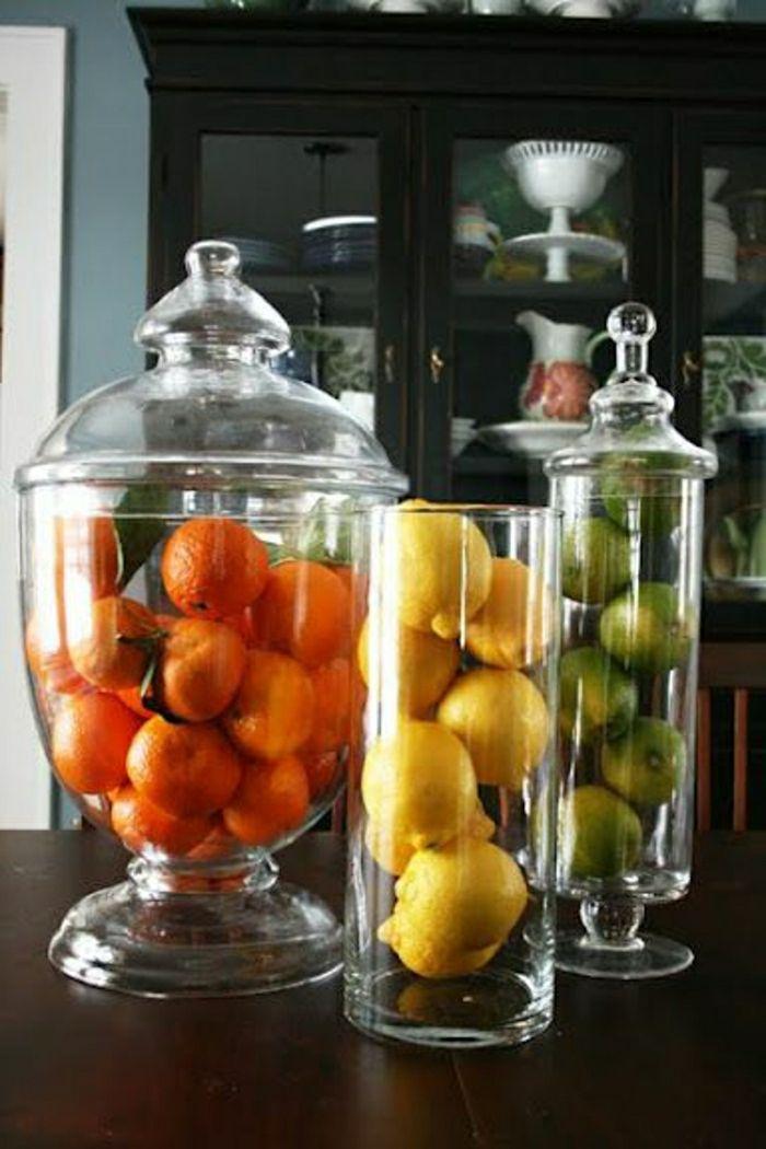 les bocaux le parfait en verre dans la cuisine, pleins de fruits