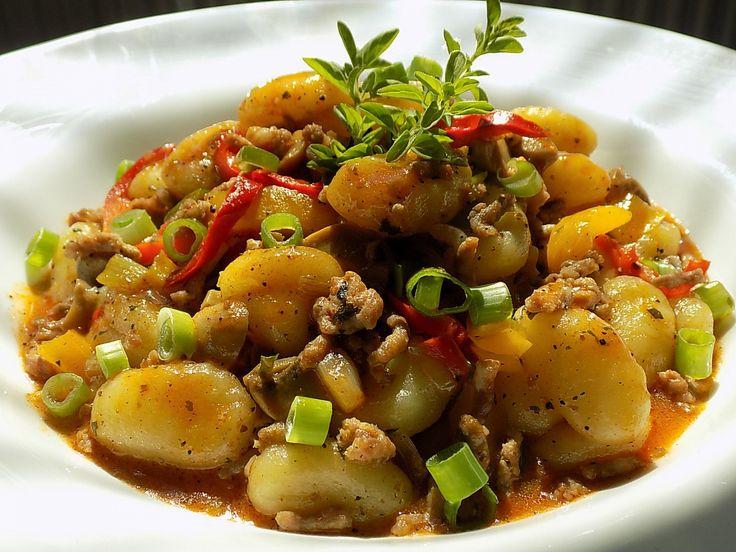 Cibuli a česnek nakrájíme na drobno, zeleninu na proužky. Na oleji zpěníme cibuli s česnekem, přisypeme papriku a maso. Opečeme ho a rozmělníme...