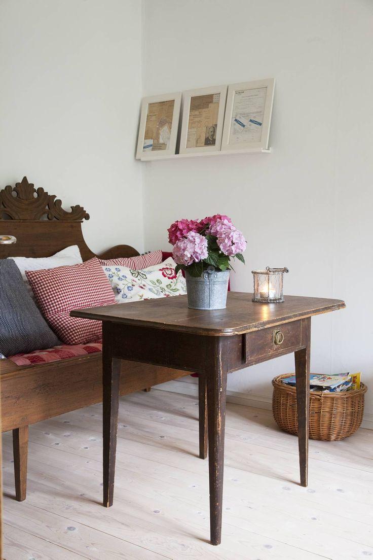 Kamarin toisella puolella maalaisromantiikka pitää pintansa. Ruudut, kukat ja talonpoikaishuonekalut sopivat kodikkaaseen tyyliin.