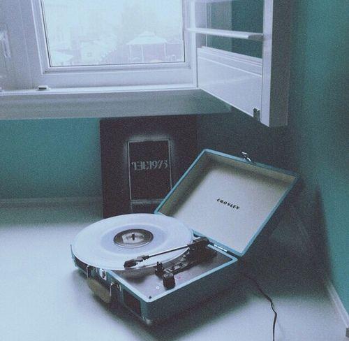 Lo que más quiero hacer con alguien es escuchar música con alguien acostados tomando una taza de té o café...