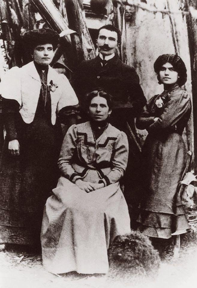 1905-Ν.Καζαντζάκης με τη μητέρα του και τις αδελφές του.
