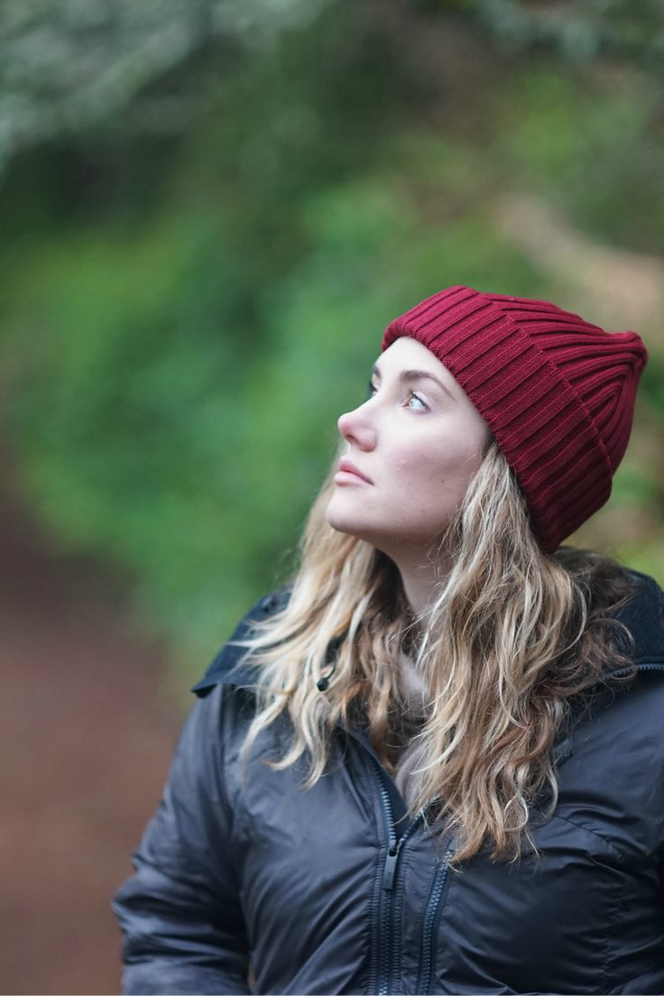 Hipster hiking outfit for Women. Burgundy red merino wool beanie. Sustainable accessories clothing by VAI-KO. Spring fall summer look with a beanie. Photo and model @secretagentmike & @lindseynaglieri