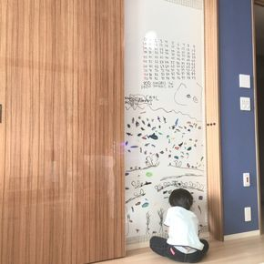 legomamaさんの、壁/天井,北欧,ホワイトボード,シンプル,マグネットボード,リビングの壁,子供の絵,モデルルーム,お絵描き,マグネットシート,お絵描き中,子供と暮らす。,外国のインテリアに憧れて,リビングのキッズスペース,こどもと暮らす。,壁面リフォーム,壁に絵を描く,ホワイトボードシート,ホワイトボードDIY,のお部屋写真