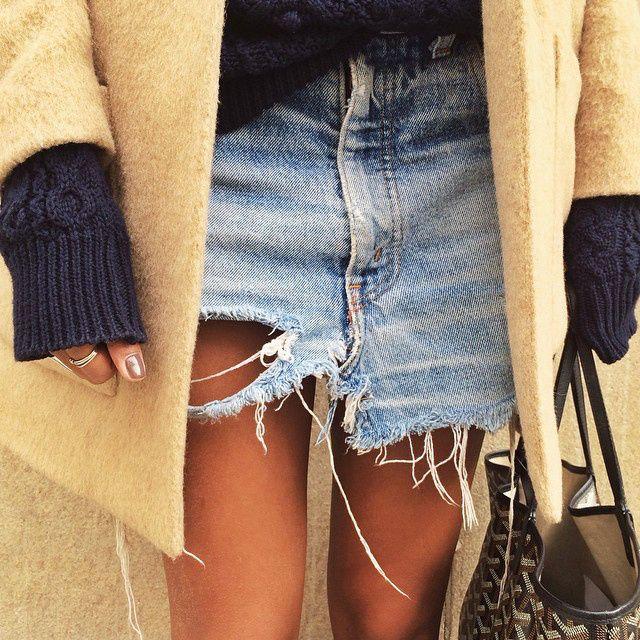 Gros pull bleu marine + short en jean ultra destroyed = le bon mix (instagram Sincerely Jules)