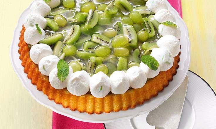 Erfrischender Obstkuchen - Obstkuchen in frischem Grün und Weiß mit Kiwis, Weintrauben, Limette und frischer Minze