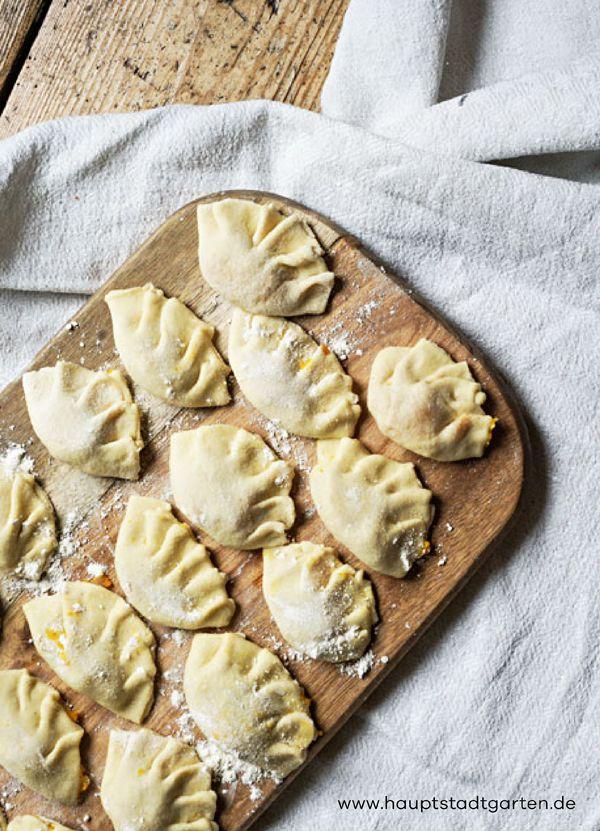 Leckere Pasta selber machen. Hier ist mein Rezept für köstliche Ravioli mit Kürbis Füllung und Salbei Butter. Das perfekte Essen für einen gemütlichen Herbst mit ganz viel Hygge.