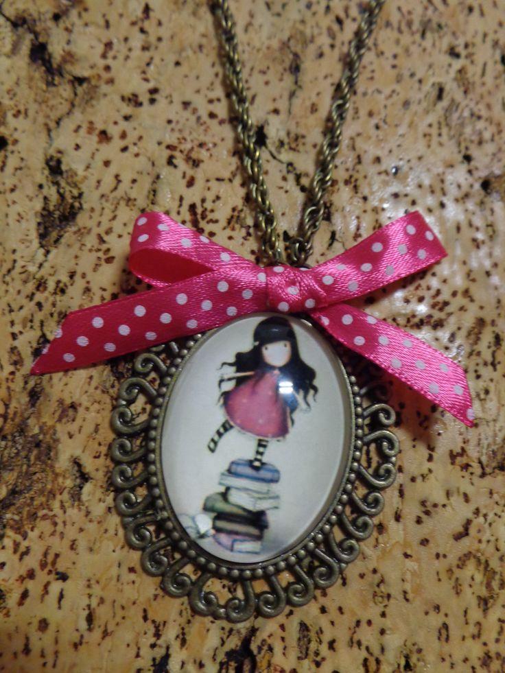 Colar de corrente em ouro velho com cabochon menina e laço rosa