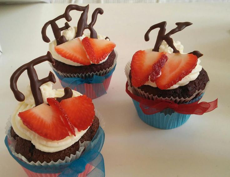 Wedding cupcakes - red velvet and choco - strawberrie decor