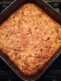 200 gram amandelmeel 1 geraspte appel 1 geraspte banaan 100 gram rozijnen 100 gram gehakte noten (ik gebruik ongebrande, ongezouten notenmix) ½ theelepel bakzout (baking soda, zuiveringszout) Snuf zout 2 eieren 50 gram gesmolten kokosolie (vloeibaar, op kamertemperatuur) 1 eetlepel citroensap 1 eetlepel kokosbloesempalmsuiker 1 eetlepel kaneel