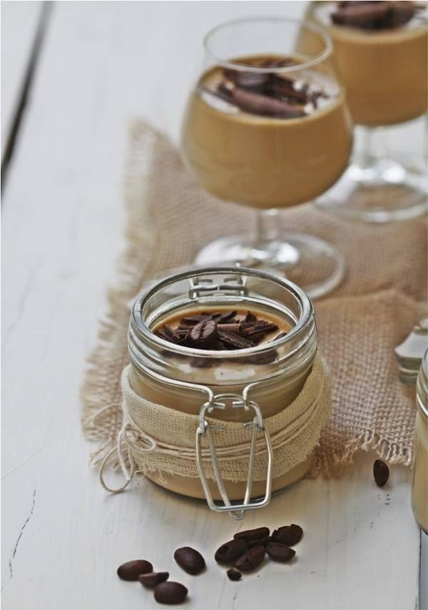 PANNA COTTA DE CAFÉ Y CREMA DE ALBA INGREDIENTES 400ml de nata para montar líquida con un mínimo de 35% de grasa 4 cucharadas soperas de azúcar blanco 4 láminas de gelatina incolora 1 cucharadita de postre de vainilla líquida Una tacita de café Un chorrito al gusto de licor