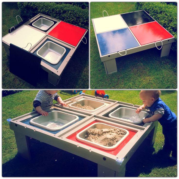DIY - Kleurrijke zand/watertafel met binnenkant deksels van schoolbordverf en uitneembare afwasteiltjes.