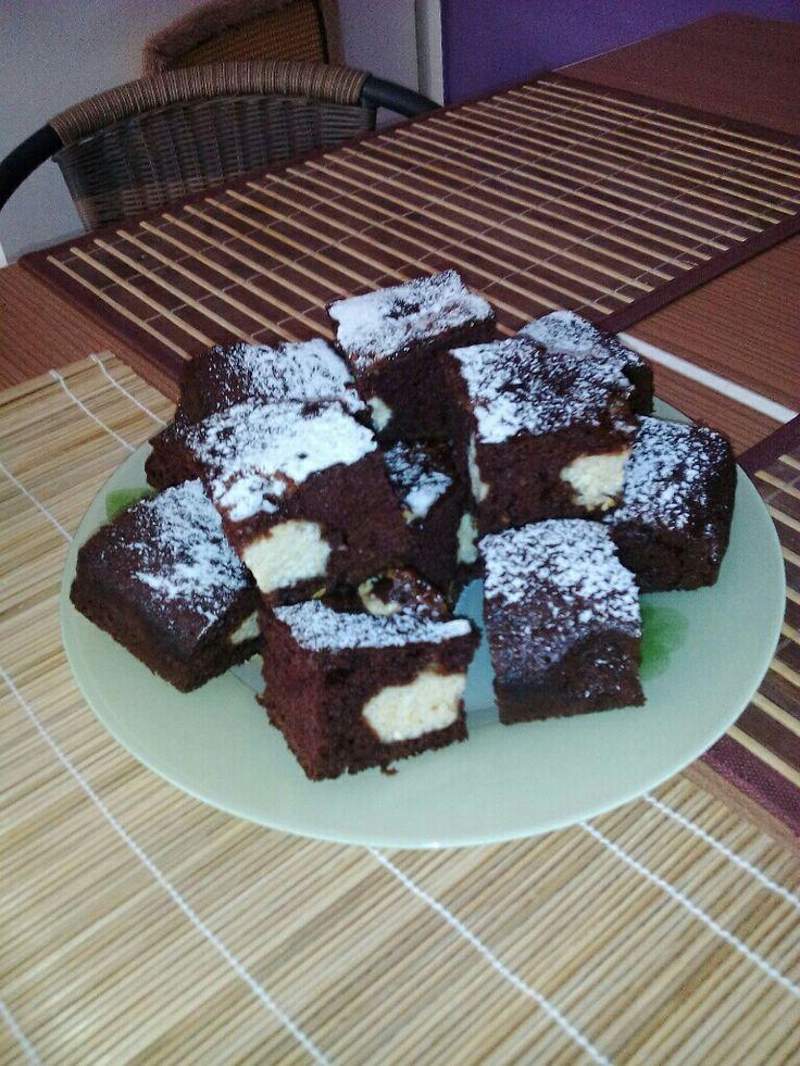 Akár a gyerekekkel is elkészíthető, de nem csak a gyerekeknek persze. :) Egyszerű, és nagyon finom süti.