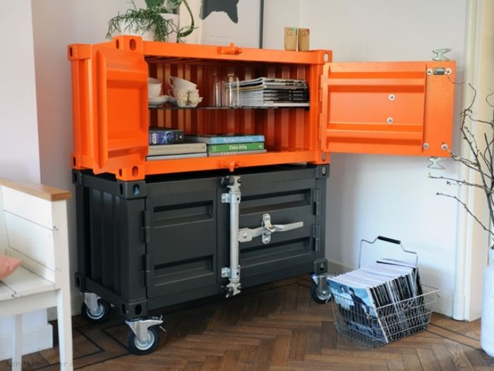 船のコンテナボックスのような質感の収納キャビネット「Pandora cabinet」。金属を使った本格的な造りが特徴。3サイズ展開で4色のカラーバリエーションで展開しています。